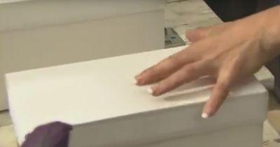 In der Box befindet sich etwas, was ihr richtig Angst macht.