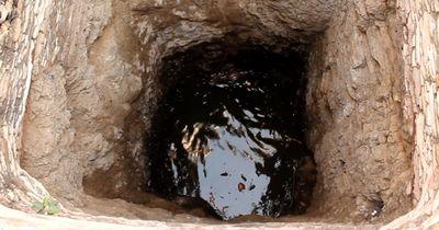 Er entdeckte etwas in dem Brunnen, was dort absolut NICHT sein sollte!