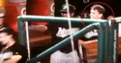 Dieser Baseballspieler bekommt ungebetenen Besuch - dann passiert das...