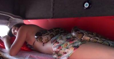 Diese Frauen lassen sich von Schlangen massieren