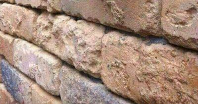 Fast niemand erkennt, was mit dieser Mauer nicht stimmt!