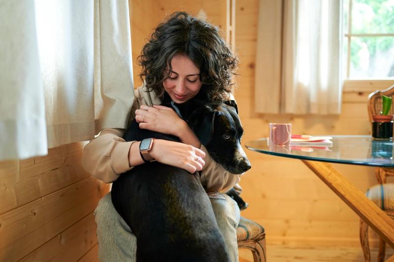 Will dein Hund häufig mit dir kuscheln, dann ist das ein Anzeichen für seine Liebe.