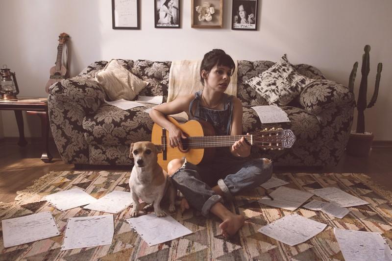 frau mit hund und gitarre