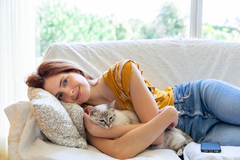 Alte Katzen brauchen immer noch Liebe und Beschäftigung.