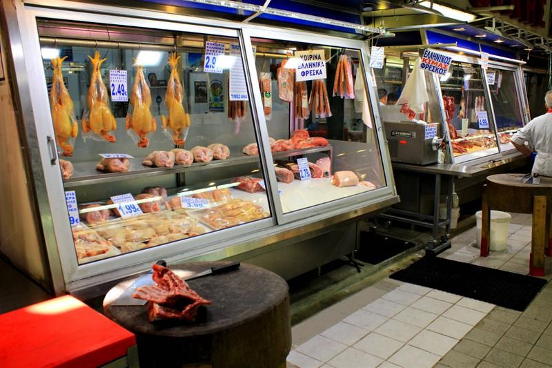 Wenn man rohes Fleisch kauft, sollte man auf die Qualität achten, damit es nicht gefährlich wird.