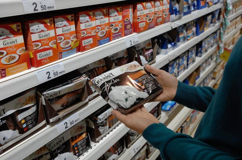 Katzenfutter im Supermarkt sollte man genau untersuchen