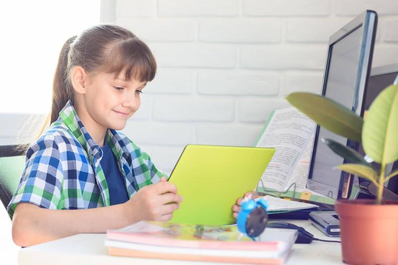 Ein Mädchen, das eine Computerpräsentation hält, um eine Katze zu bekommen