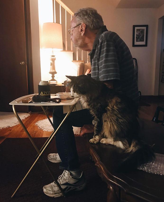 Ein Opa mit seiner Katze