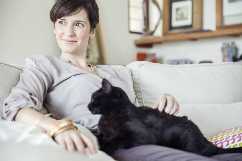 Einer schwangeren Katze wurde von einer Frau geholfen.